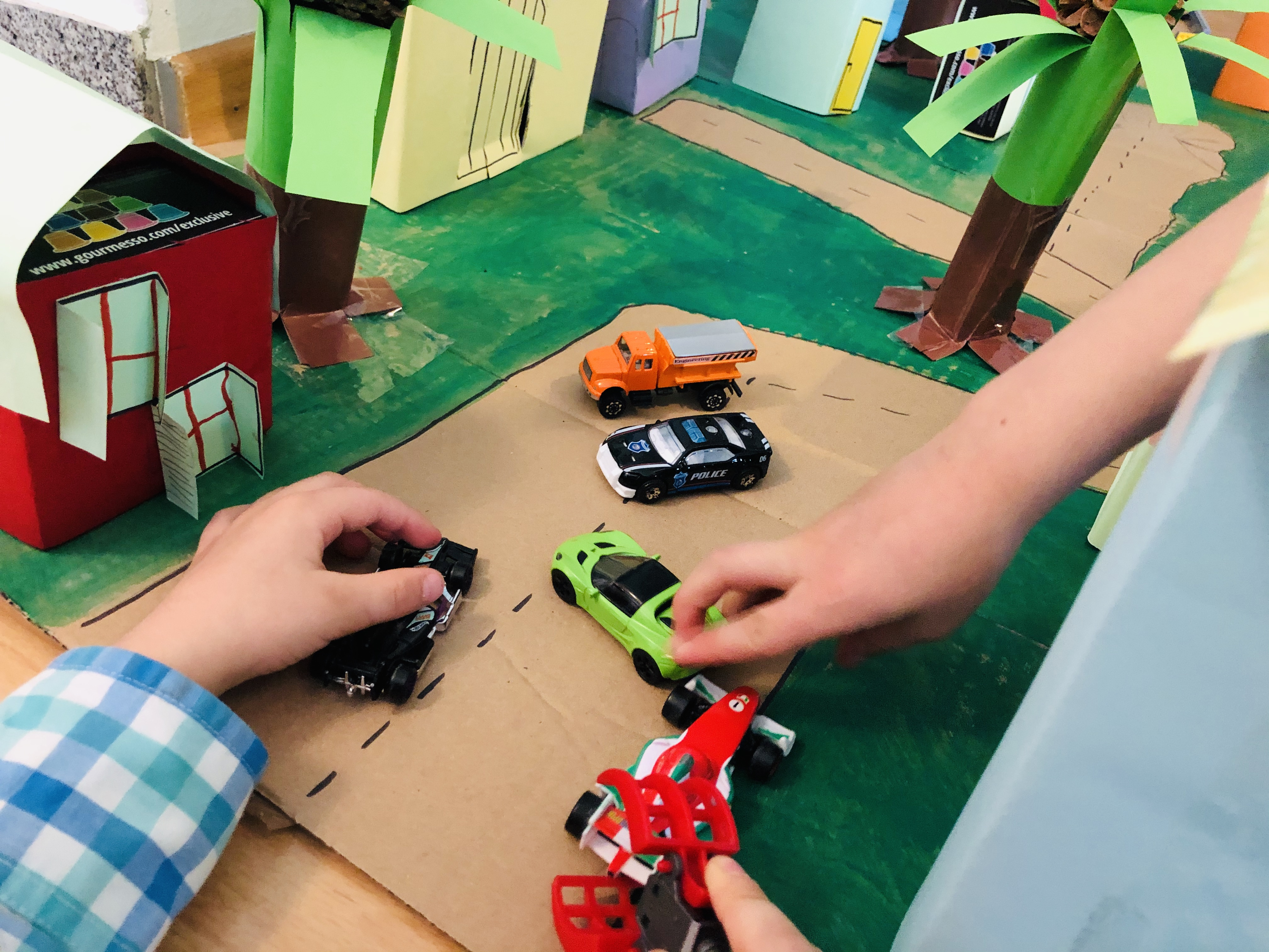 kids playing with the city - upcycling project